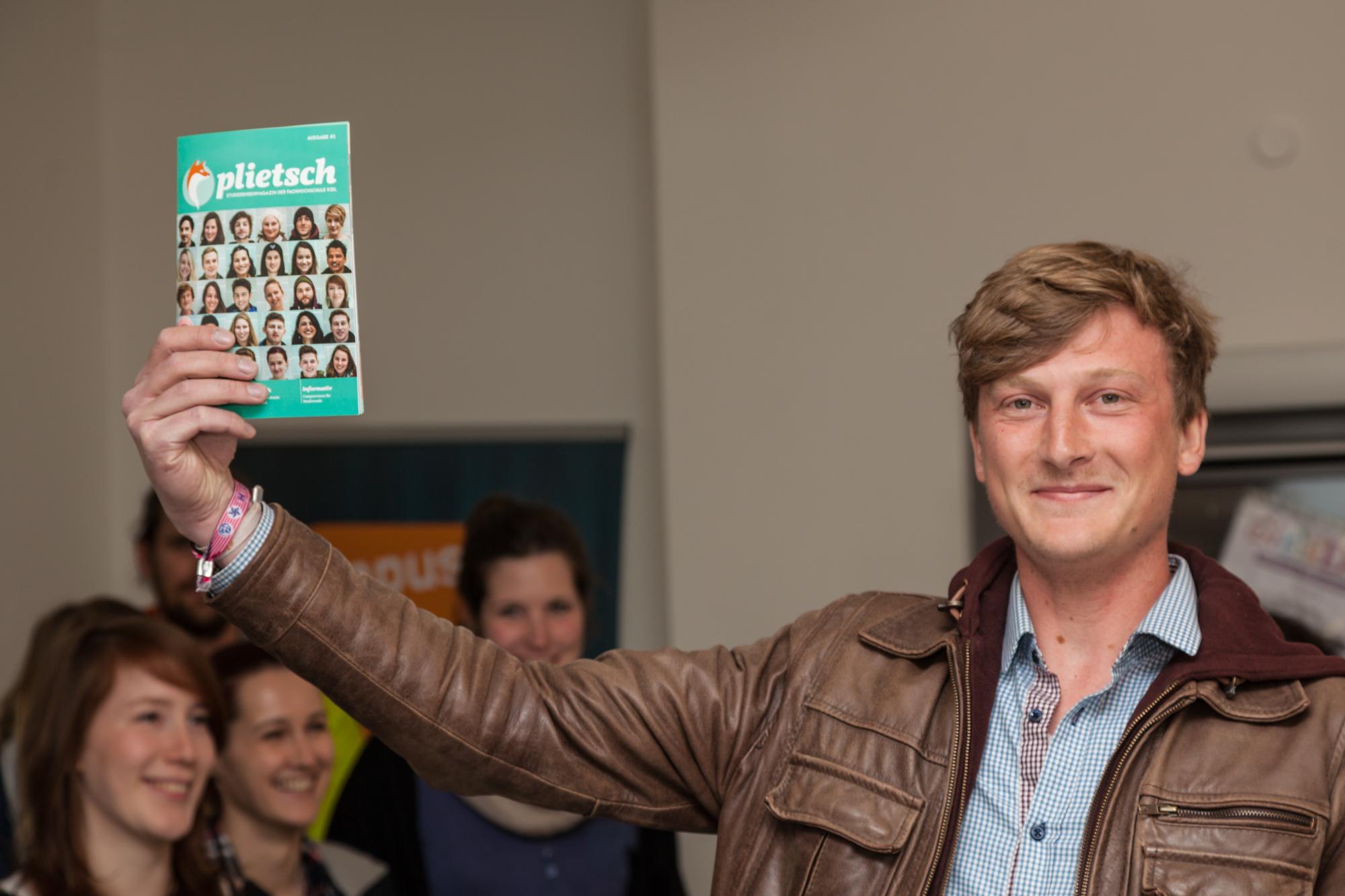 Redaktionsmitglied Jan-Micheal Böckelmann mit der ersten Ausgabe der Plietsch, Foto: Marco Bergner