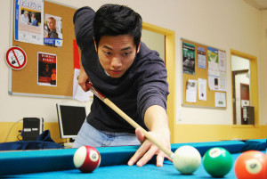 Für Minh Nhat ist der große Vorteil der Uni die freie Zeiteinteilung. Im Semester lernt er kaum, direkt vor den Prüfungen dafür rund um die Uhr.