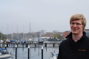 Sebastian Richter, 22 Jahre alt, studiert an der Fachhochschule Kiel Elektrotechnik im dritten Semester.  Sein Studienschwerpunkt ist Energietechnik.