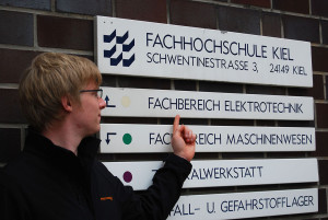 Sebastian kennt beide Seiten: Er hat erst an der CAU Elektrotechnik studiert und ist dann an die FH gewechselt.