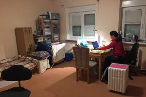 Jakkarats geräumiges Zimmer, in dem sie in Ruhe ihre Studienarbeit schreiben kann.