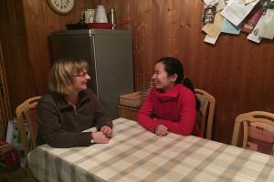Frau Mentzel und Jakkarat beim Gespräch in der gemeinsamen Küche.