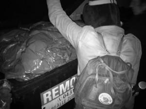 Ein wenig gewöhnungsbedürftig ist es schon in fremden und oft unangenehm riechenden Mülltonnen zu wühlen.