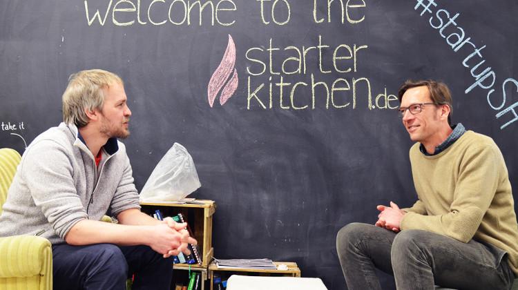 Harm Brandt (links) und Jens Langholz (rechts) im Gespräch über die Gründerszene Kiels in der starterkitchen. (Foto: Lisa Strobel)