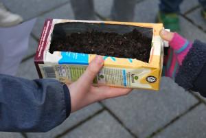 Ein Garten zum Mitnehmen: Eine von vielen Aktivitäten des Kindercampustages. (Foto: Christin Bergmann)