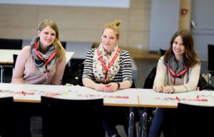Beatrice Mangelsen (24), Edina Lafrentz (20) und Lena Petersen (20) (v.l.n.r.) helfen freiwillig bei der Registrierungsaktion der DKMS. (Foto: Isis Möller)