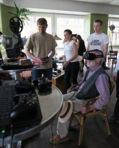 Vor den Augen dieses Besucher öffnet sich grade eine ganz andere Welt. Die Virtual Reality Brille macht's möglich. (Foto: Mara Plesse)