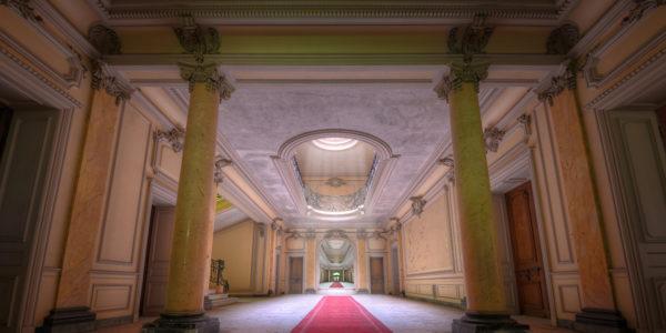 Der rote Teppich wurde nun für die Urbexer ausgelegt und gewährt Eintritt in das lichterfüllte Chateau Lumiere. (Foto: Raimund)