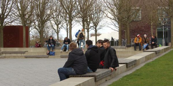 """Auf dem """"Schulhof"""" der Fachhochschule, dem Sokratesplatz, laden mehrere Sitzmöglichkeiten zum Entspannen ein."""