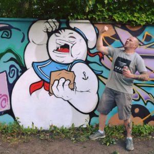 Marshmallowmann: Private Projekte setzt Tobias an eigenen Wänden um: Hier der Marshmallowmann im Kronshagener Weg. (Foto: Tobias Britz)