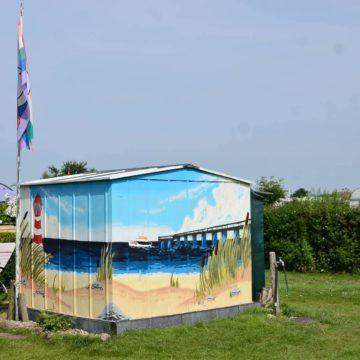Passend zur Umgebung ziert die Hütte am Schönberger Campingplatz eine schöne Strandlandschaft. (Foto: Tobias Britz)