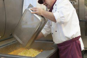 Hartmut Siebels bereitet das vegane Gulasch zu. (Foto: Susanne Link)