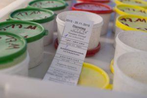 Die Rückstellproben. Grün= Beilagen, Desserts; Rot= Fleisch, Fisch, Vegetarisch; Gelb= Mensatipp, Eintopf. (Foto: Susanne Link)