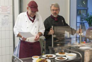 Hartmut Siebels (links) und Uwe Kornhaas (rechts) präsentieren die heutigen Gerichte. (Foto: Susanne Link)