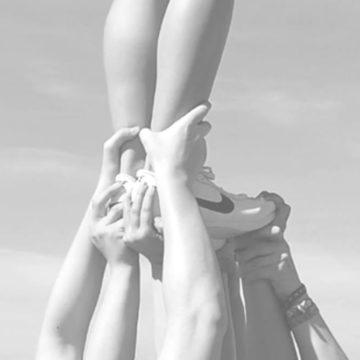 Den Flyer auf Händen tragen - zum Cheerleaden braucht es viel Vertrauen zu den Teampartnern. (Foto: Anna Glasik)