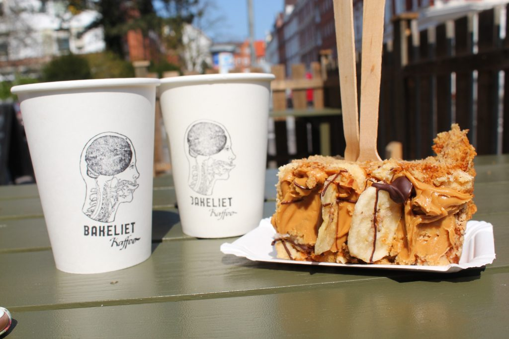 Picture of Bananabread and coffee of Bakaliet Café